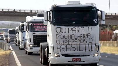 Caminhoneiros protestam contra aumento do combustível