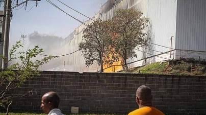Incêndio de grande proporção atinge empresa em Sumaré, SP