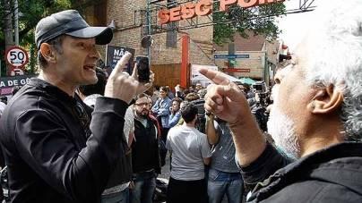 Manifestantes pró e contra Judith Butler protestam no Sesc Pompeia