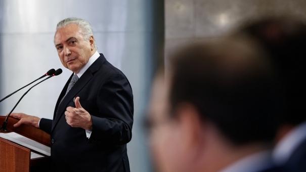 Em posse de ministros, Temer faz discurso  de improviso e confunde cargo de Eunício
