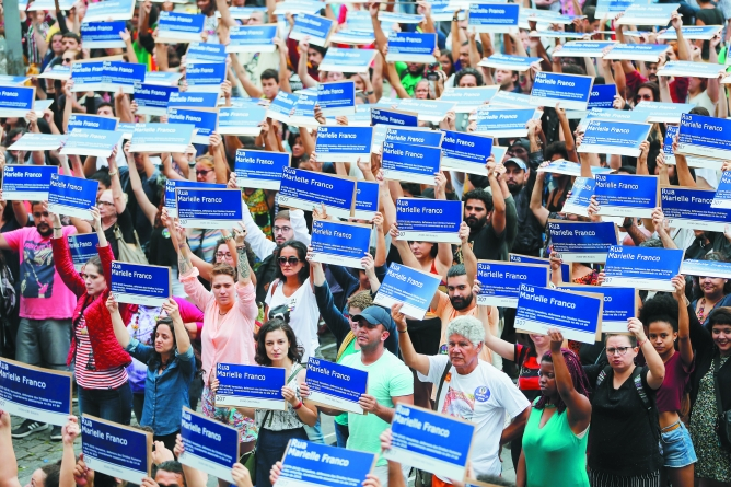Em uma hora, protesto distribui mais  de mil placas com o nome de Marielle