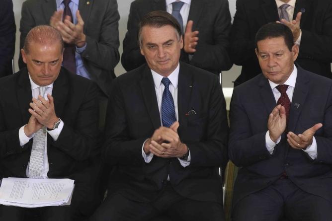 Em solenidade dos 100 dias de governo,  Bolsonaro assina 18 atos governamentais