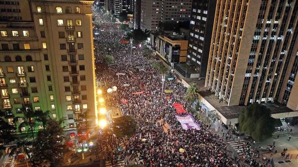 Cidades brasileiras têm atos contra  cortes federais na área da Educação