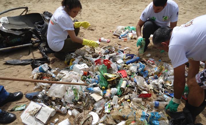 Ação retira lixo e protege espécies  em águas costeiras de Ilhabela (SP)
