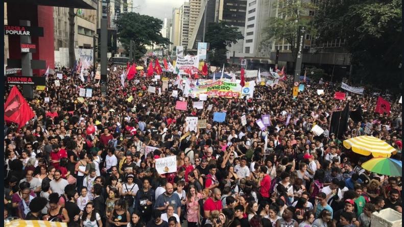 Manifestantes já ocupam a Avenida Paulista contra cortes na educação