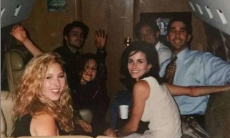 Jennifer Aniston conta bastidores de foto histórica do elenco de 'Friends'