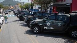 Criminosos bloqueiam estrada e disparam 37 tiros em carro-forte