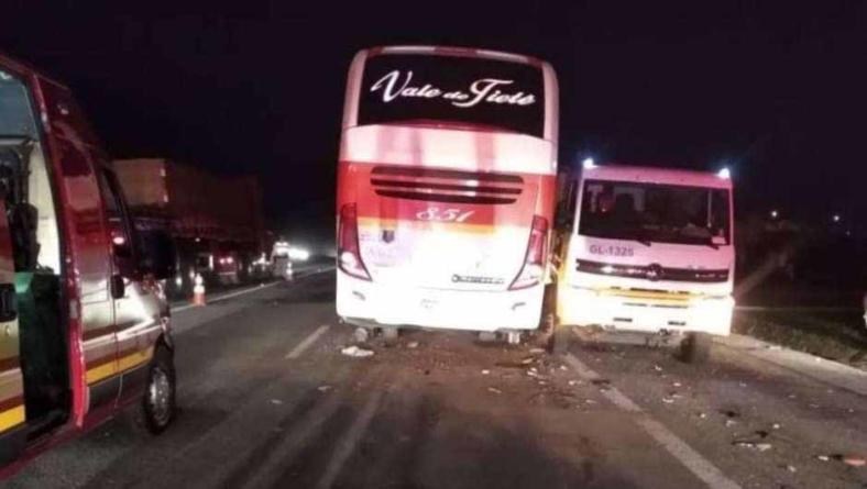 Colisão de ônibus com 'treminhão' deixa 3 mortos e 32 feridos na Castelo Branco