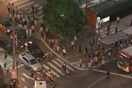 Manifestação de motoristas paralisa linhas de ônibus na zona leste de São Paulo