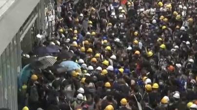 Manifestantes invadem Parlamento de Hong Kong