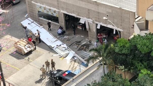 Cobertura de fachada de supermercado cai sobre homem na Vila Madalena