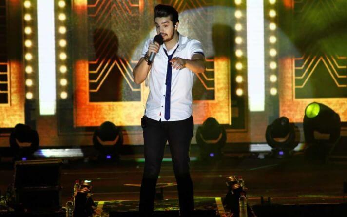Luan Santana interrompe show para comprar rosas de comerciante