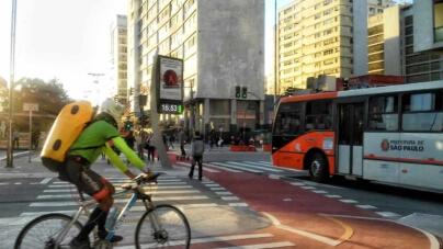Ciclistas reclamam de ciclofaixas apagadas e sem sinalização em São Paulo